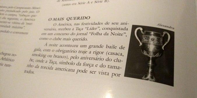 Foto de página da Enciclopédia do América de Carlos Paiva com parágrafo e foto da Taça Líder