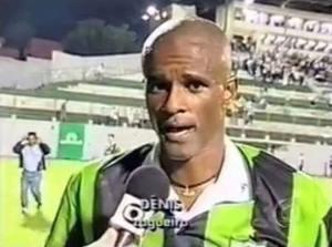 Dênis dando entrevista para a TV Globo no gramado do Independência